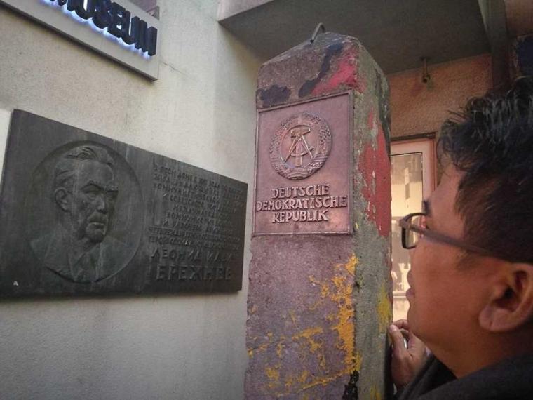 Status Perjalanan (16), Sensasi Tembok Berlin?