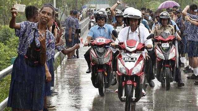 Naik Motor Terobos Hujan, Jokowi Balas Aksi Buka Baju Prabowo