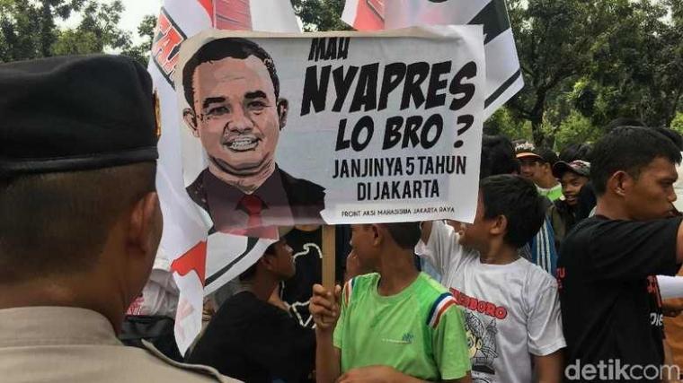 "Foto Anies Dibakar dan Amien Rais ""Politikus Comberan""?"