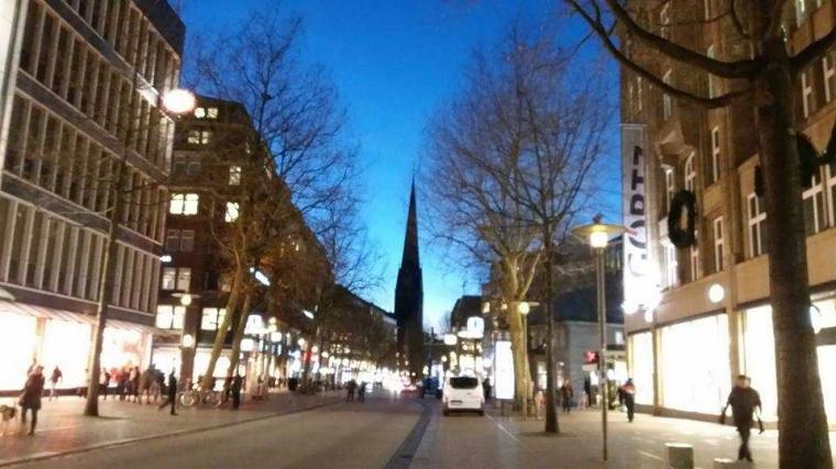 Status Perjalanan (17), Menyongsong Malam di Hamburg