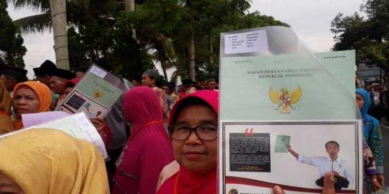 Pesan dan Foto Jokowi di Sertifikat Tanah yang Dibagikannya