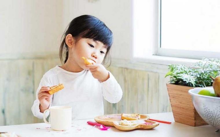 Efek Makan Sambil Bermain Bagi Si Kecil