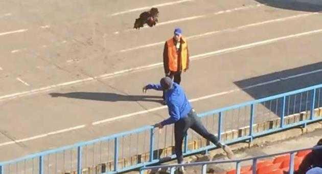 Heboh, Suporter Lempar Ayam ke Lapangan