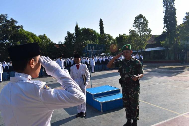 Tumbuhkan Disiplin, Dandim Demak Doktrin Wasbang pada Siswa saat Upacara Bendera