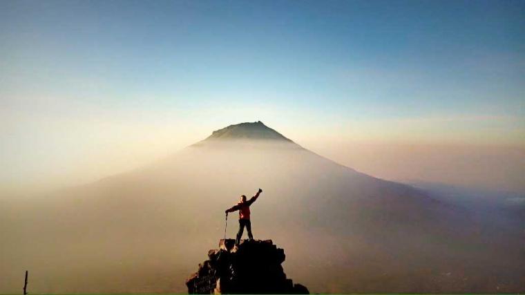 Gunung Sindoro dan Sepotong Roti Pemberi Semangat