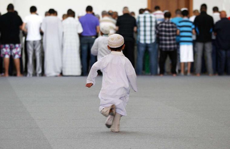 Bocah-bocah yang Berlarian di Masjid