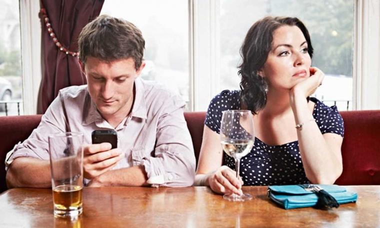 "Waspada ""Phubbing"", Fenomena Sosial Penghancur Hubungan"