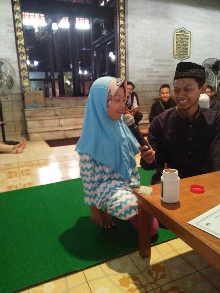Bocah Ini Mengajar Orang Asing Mengaji hingga Masuk Islam