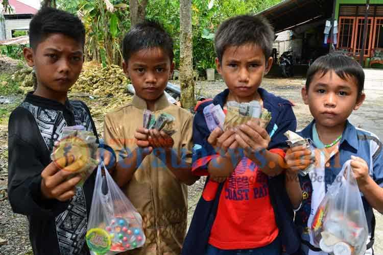 Bagi-bagi Uang ke Anak-anak di Hari Lebaran, Perlu?