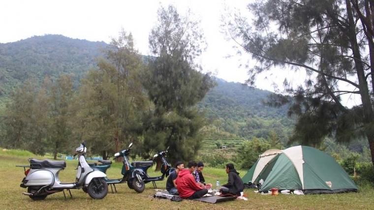 """""""Camping"""" Ceria bersama Teman dan Vespa Tua di Golf Park, Cibodas"""