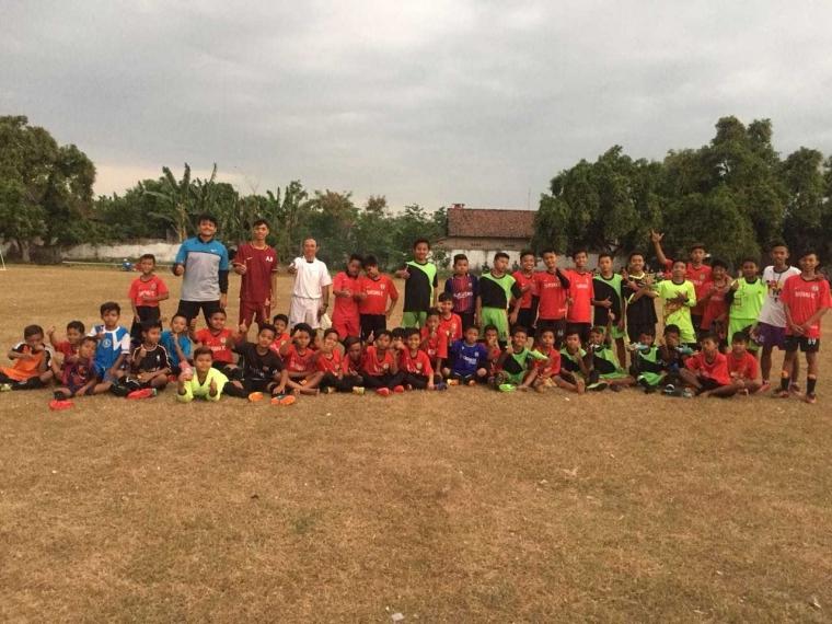 Mahasiswa KKN UM Kibarkan Semangat Bermain Sepak Bola di Desa Purwokerto