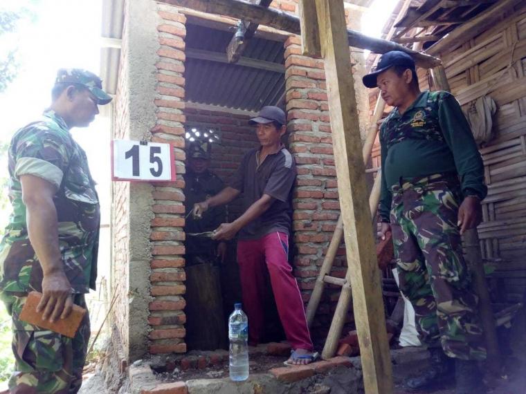 Tingkatkan Kualitas Kesehatan Satgas TMMD Bangun 18 Unit Jamban Keluarga di Desa Jembul