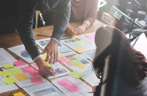 Apa Kelebihan dan Risiko Bekerja dengan Software House?