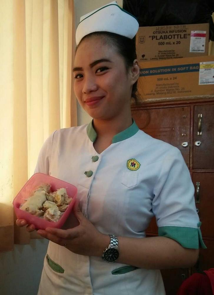 Puisi │Senyummu Semanis Durian di Tanganmu
