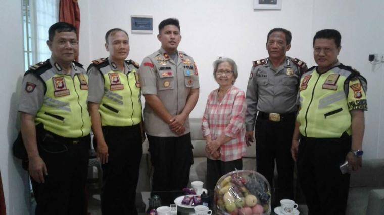 Jalin Silaturahmi, Kapolsek Tanjung Duren Sambangi Kediaman Ibunda Dari Prof. Dr. Adrianus Meliala