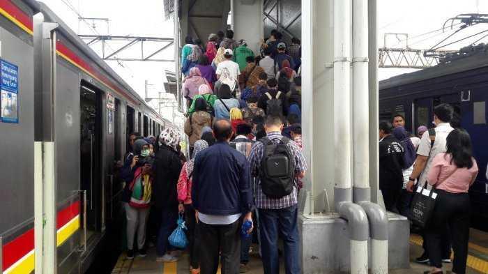 """""""Chaos"""" di Stasiun KA Tanah Abang"""