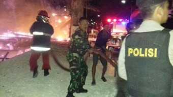 Tentara dan Polisi di Tuban Bahu Membahu Jinakkan Si Jago Merah