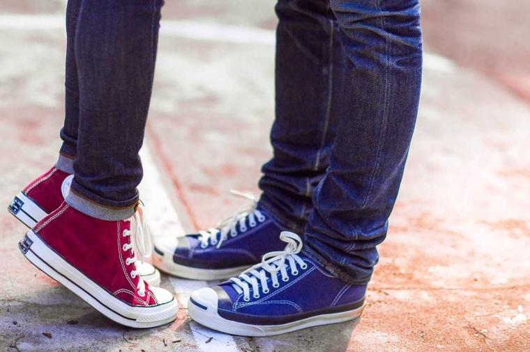 """Kenapa Sepatu Sol Karet Disebut """"Sneaker""""?"""