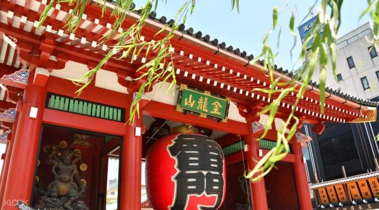 Kolaborasi Tradisional dengan Modern dalam Lentera Kertas Merah Raksasa