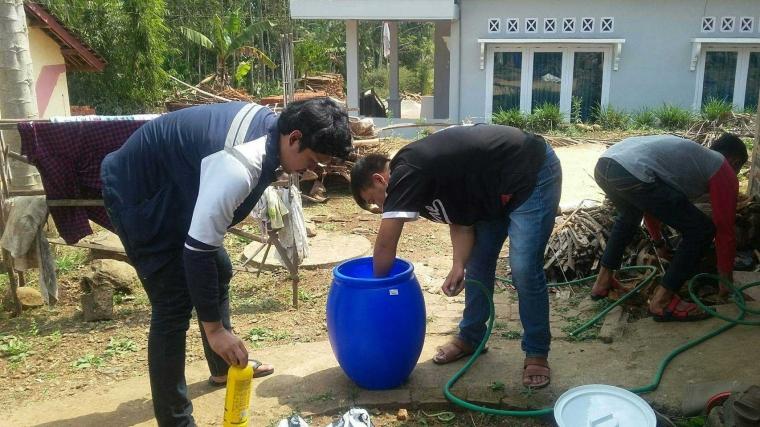 KKN TIM 2 Undip Latih Karang Taruna Desa Tepusen Membuat Pupuk Cair