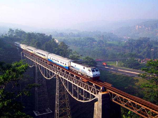 Naik Kereta Api Kini Makin Nyaman, Stasiunnya Perlu Pembenahan