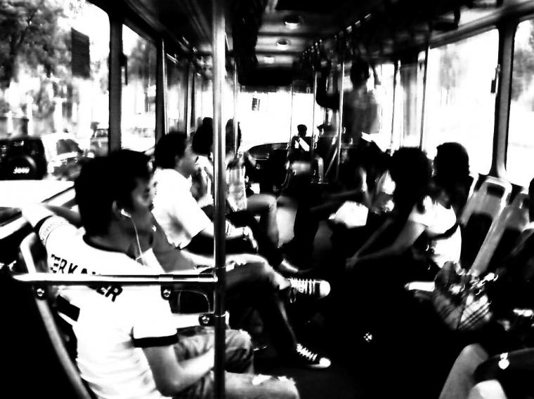 "Perempuan ""Ngeyel"" dalam Transjakarta"