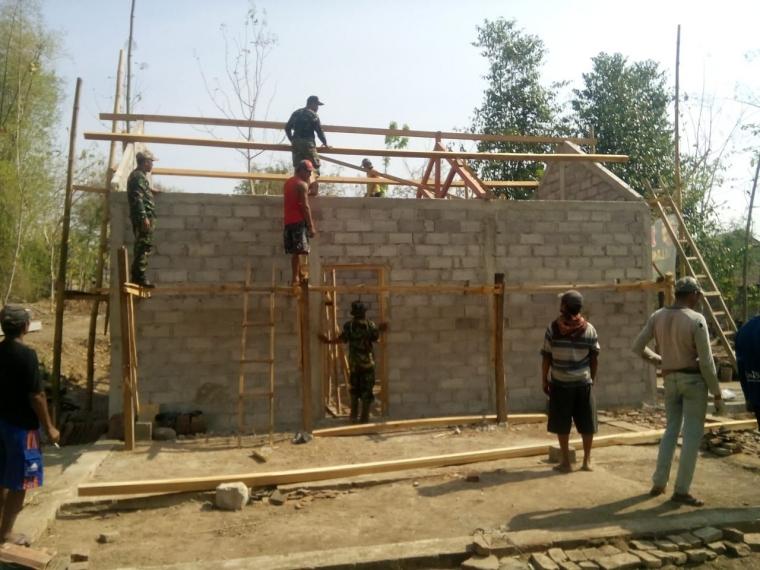Wujudkan Rumah Layak bagi Warga Tidak Mampu, Koramil 0802/07 Badegan bersama Masyarakat Desa Watubonang Laksanakan Karya Bakti
