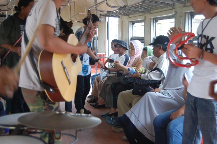 Mengingat Lagi Saat Drum Tam-tam Bercampur Aduk dengan Teriakan Pedagang di Dalam Kereta