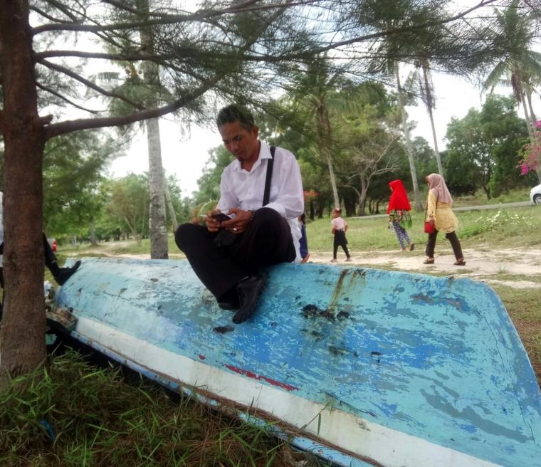 Puisi   Lelaki di Atas Perahu yang Terdampar