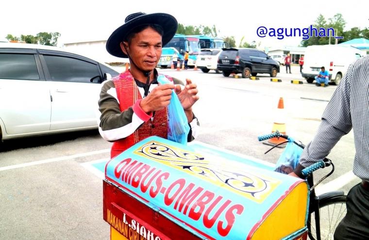 Mendarat di Bandara Silangit Menikmati Kue Ombus-ombus