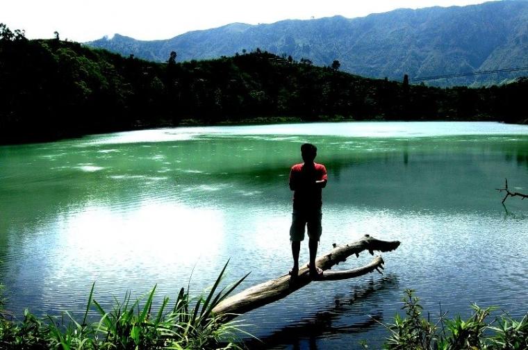 Menembus Dingin demi Pesona Danau Tiga Warna