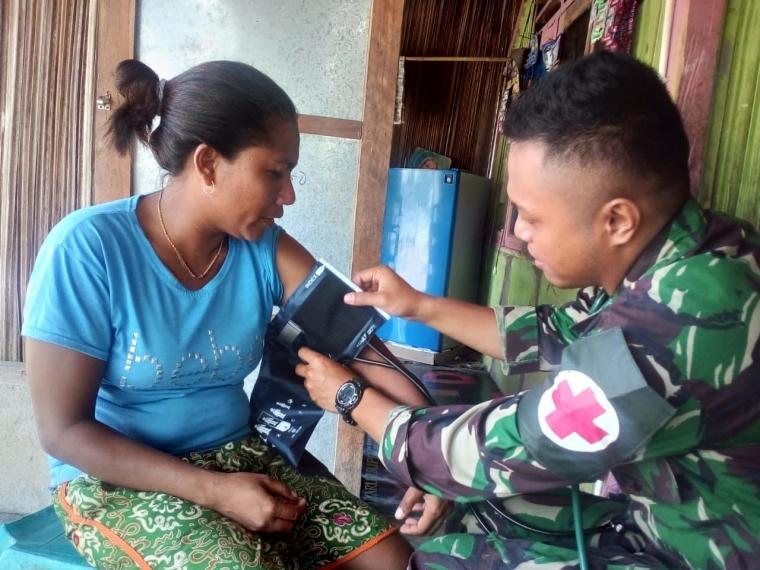 Di Atambua, Para Emak-emak Ngantri Minta di Obati TNI