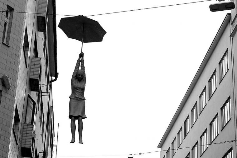 Lelaki yang Menemui Kenangannya di Batang Jalan Panjang yang Sepi yang Sunyi