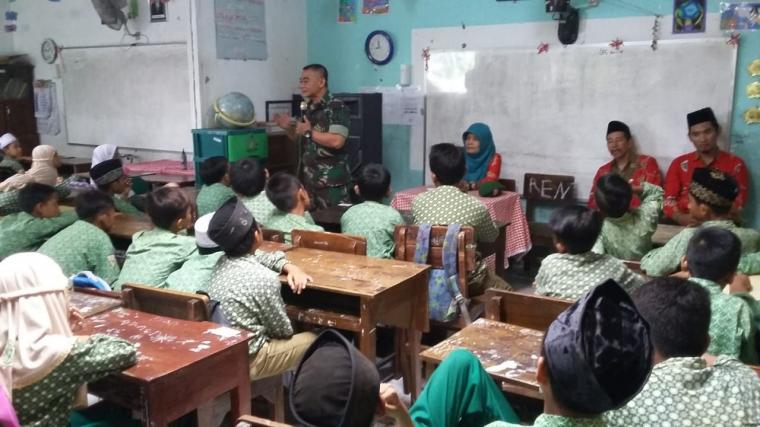 Serma Sugeng Hariyono Beri Wasbang Kepada Siswa Siswi Kelas 4 dan 5 SD MI Bahrul Ulum