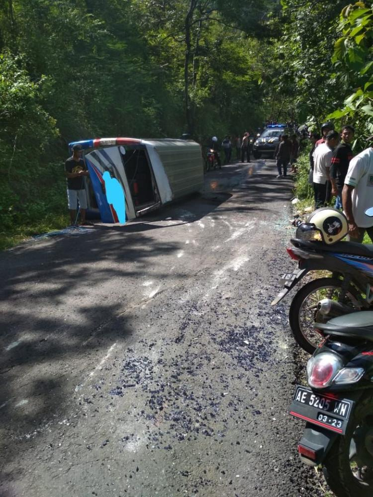 Minibus Pengiring Manten Trenggalek Kecelakaan di Penorogo