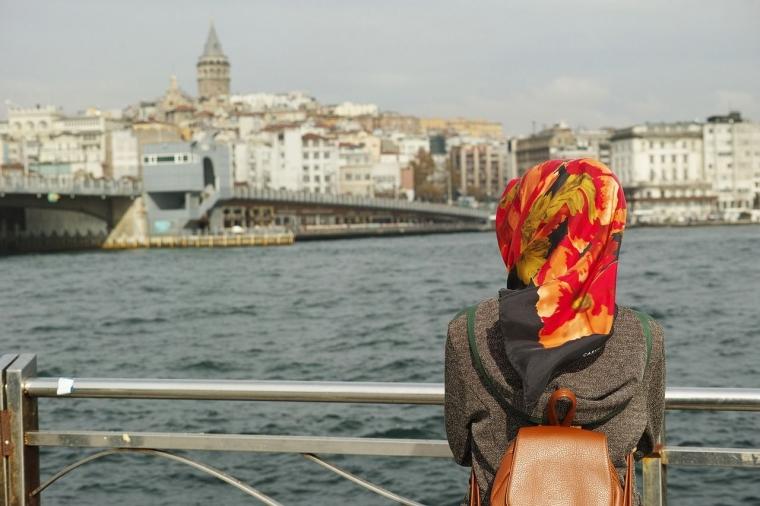 [3 Pria, 3 Cinta, 3 Luka] Hijab, Hati yang Memeluk Luka