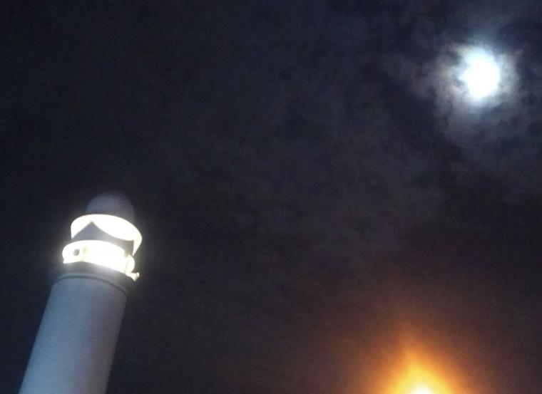 Puisi | Bulan di Atas Menara