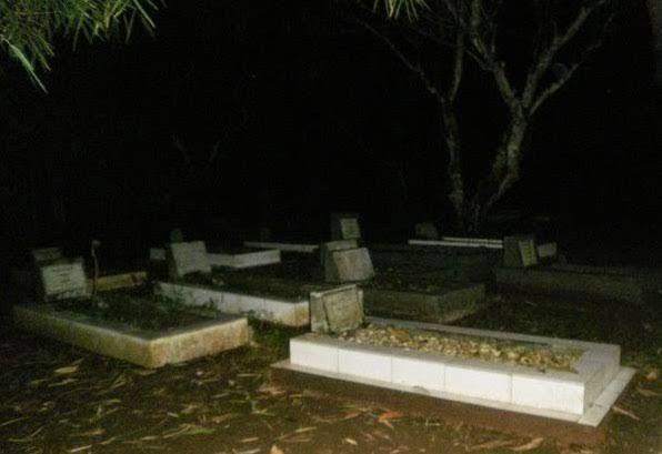 SMS di Kuburan