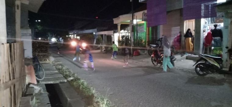 Keceriaan Anak Saat Olahraga Sepatu Roda di Kampung