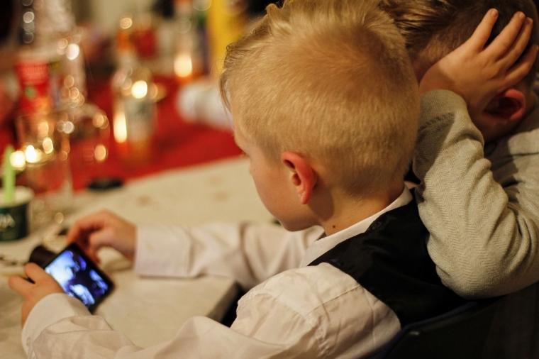 Jangan Korbankan Penglihatan Anak karena Gadget