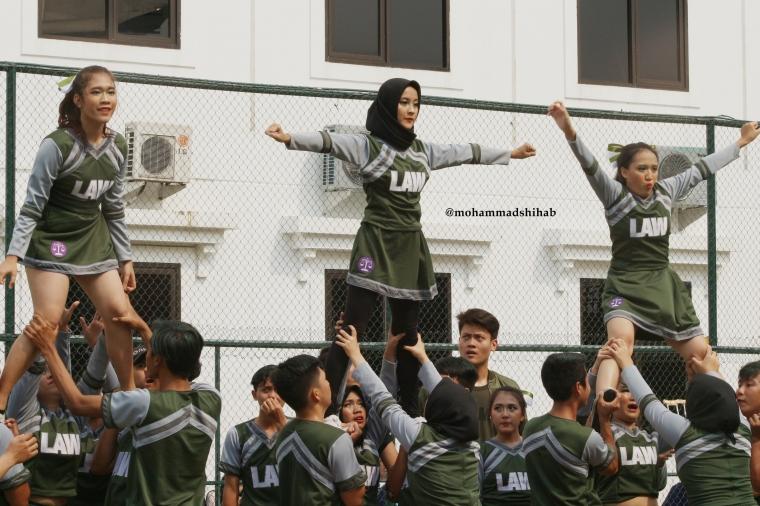 [Foto] Aksi Cheerleaders Berhijab Ramaikan President University