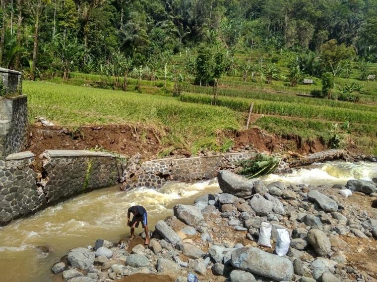 Jembatan Penghubung 2 Kampung Adat di Sukabumi Terputus Terbawa banjir