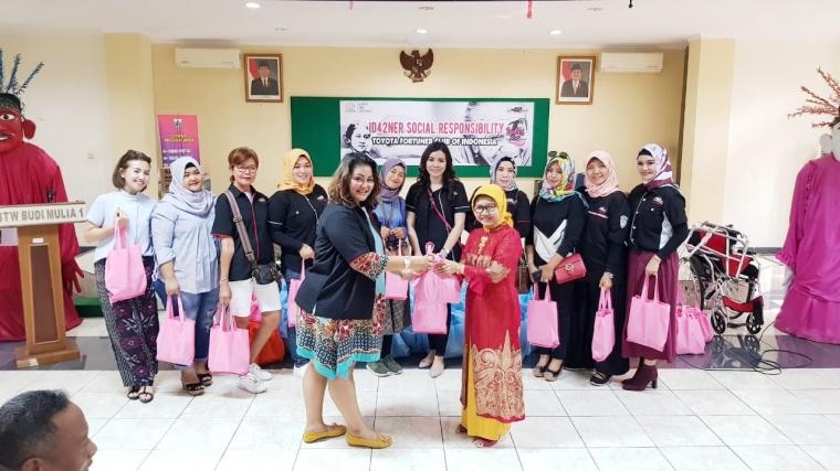 Menyambut Hari Kartini ID42NER Kunjungi Panti Sosial Tresna Werdha