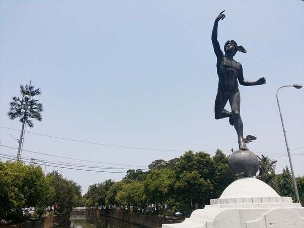 Patung Dewa Hermes dan Otak Sangek