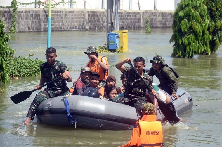 Marinir Bantu Evakuasi Korban Banjir di Cerme Gresik