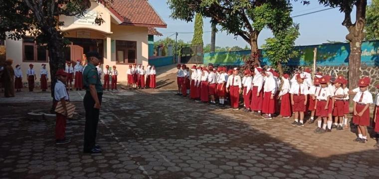 Begini Penyampaian Babinsa dalam Upacara di SDN 01 Bandungharjo