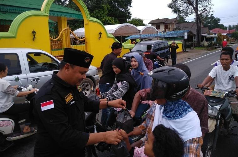 Himpunan Melayu Raya Lingga Bagikan Ratusan Takjil