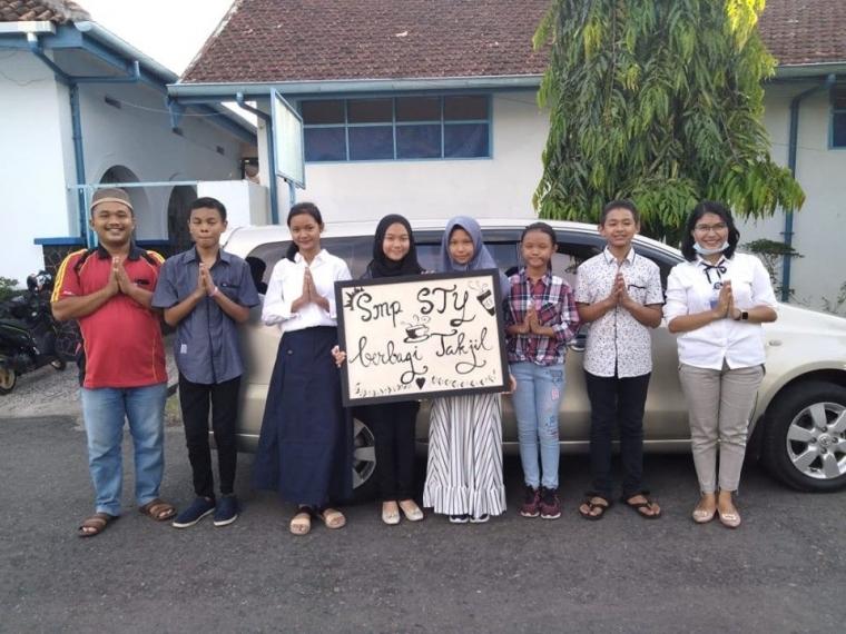 Berbagi Takjil oleh siswa SMP Santo Yosef Lahat