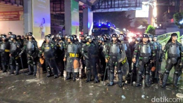 5 Jam Massa Demo Bawaslu Ricuh di Tanah Abang, Pemerintah Harus Bagaimana?