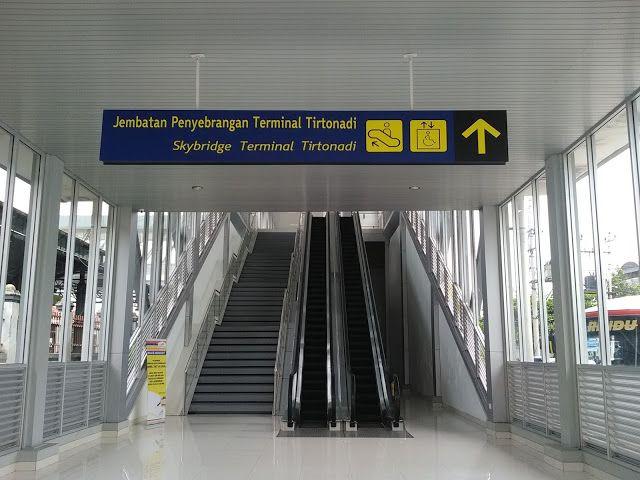 Menyusuri Lorong Skybridge Penghubung Terminal-Stasiun Solo